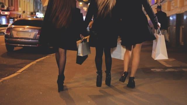 stockvideo's en b-roll-footage met zwarte vrijdagavond winkelen vrouwen leisure hobby - black friday shop