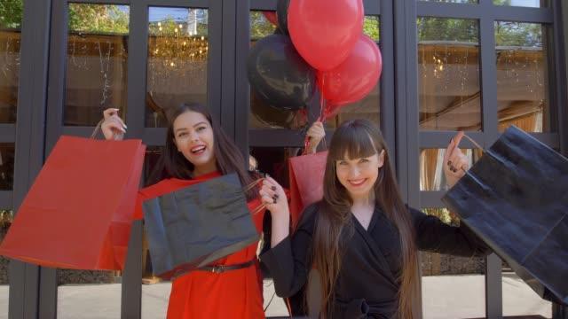 vídeos y material grabado en eventos de stock de viernes negro, novias elegantes regocijan nueva de compras de boutique en venta temporada - black friday sale