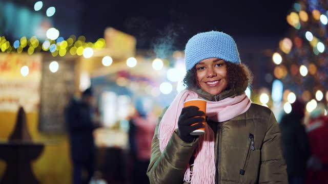 черная девушка с горячим напитком на рождественском рынке - шарф стоковые видео и кадры b-roll