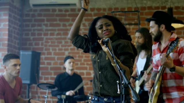 밴드와 함께 노래 하는 흑인 여자 - 연습하기 스톡 비디오 및 b-롤 화면
