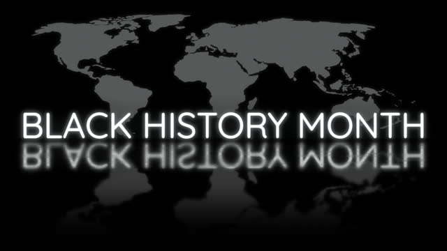 vídeos y material grabado en eventos de stock de black history month cinematic abstract title intro footage background concept. 4k blanco y negro con el texto del signo de neón del mes de la historia negra parpadeante sobre el fondo del mapa del mundo para abrir el tráiler del título. - black history month
