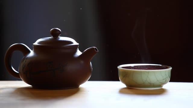 tazza da tè cinese calda nera - teiera video stock e b–roll