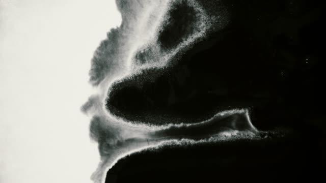 schwarze tinte laufen und absorbieren in weißes papier textur hintergrund - schmutzfleck stock-videos und b-roll-filmmaterial