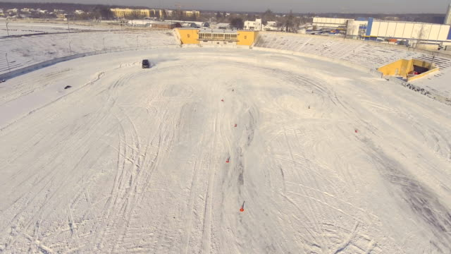 vídeos y material grabado en eventos de stock de jeep negro deriva de carreteras - nieve amontonada