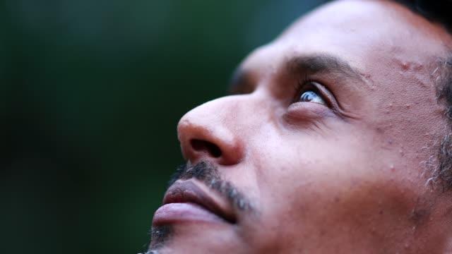 vídeos de stock e filmes b-roll de black man face looking at the sky, african mixed race profile feeling hope and faith - espiritualidade