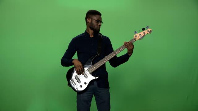 svart man spelar gitarr - gitarrist bildbanksvideor och videomaterial från bakom kulisserna