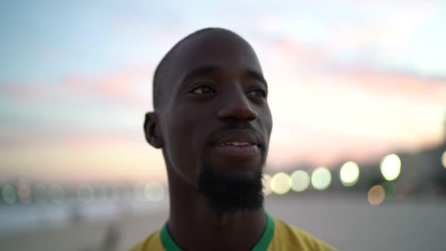 vídeos de stock, filmes e b-roll de retrato do homem negro na praia - brasileiro pardo