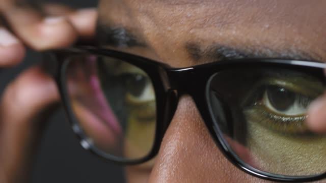 stockvideo's en b-roll-footage met zwarte man zetten op een bril - bril brillen en lenzen