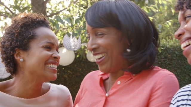 黒母と成人の娘の庭で話をクローズ アップ - 兄弟姉妹点の映像素材/bロール