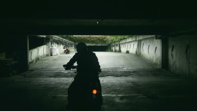 siyah gölge motosiklet sürüş - başlama çizgisi stok videoları ve detay görüntü çekimi