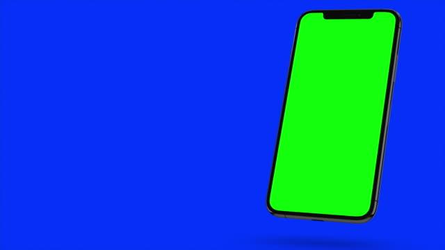 siyah smartphone mavi arka planda açar. kolay özelleştirilebilir yeşil ekran. bilgisayar oluşturulan görüntü. - cut out stok videoları ve detay görüntü çekimi