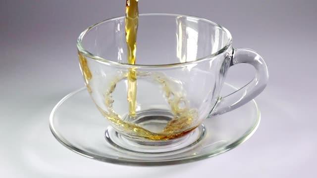 ブラックティーガラス製のカップに注がれてスーパースローモーションます。 - マグカップ点の映像素材/bロール