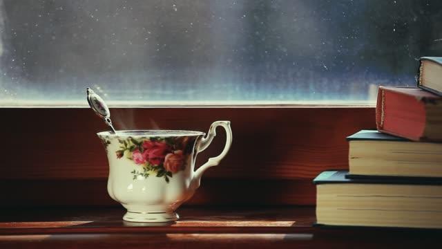 黒茶の本映像 - テーブル 無人のビデオ点の映像素材/bロール
