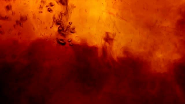 vidéos et rushes de thé noir texture close-up avec bulles - thé boisson chaude