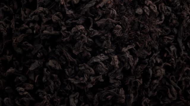 vídeos y material grabado en eventos de stock de hojas de té negro en el aire - ingrediente