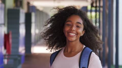 siyah genç kız lise koridor odakta girer - kızlar stok videoları ve detay görüntü çekimi