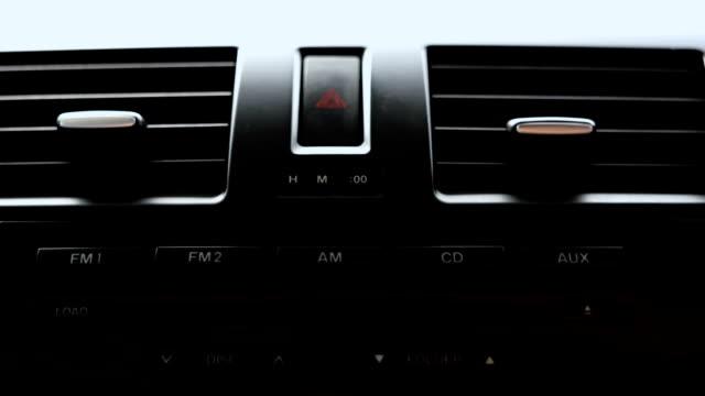 schwarzer ton der auto klimaanlage kühlergrill zeigt. - duftend stock-videos und b-roll-filmmaterial