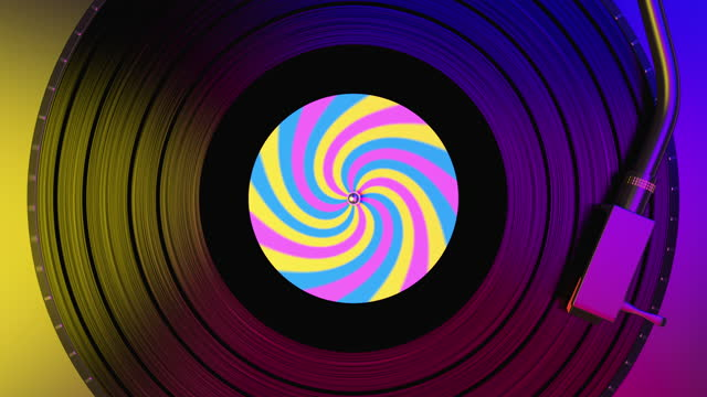 disco in vinile nero che gira e suona musica su giradischi dj con etichetta colorata - disco audio analogico video stock e b–roll
