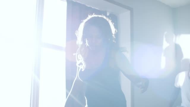 黒人女性と男性は家のダンスの動きを練習します - ダンススタジオ点の映像素材/bロール