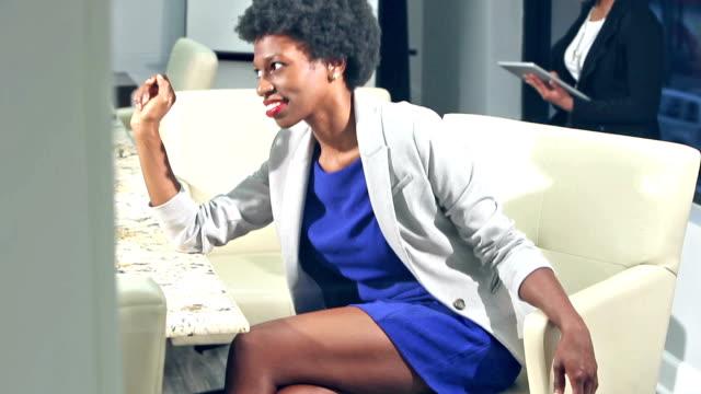 vídeos de stock, filmes e b-roll de mulher negra na sala de reuniões escritório falar com alguém - afro americano