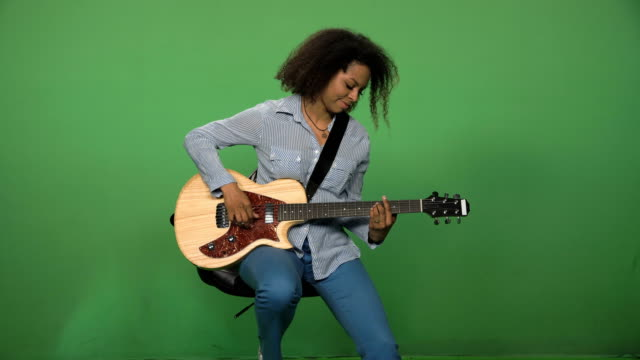 svart kvinna som spelar gitarr - gitarrist bildbanksvideor och videomaterial från bakom kulisserna