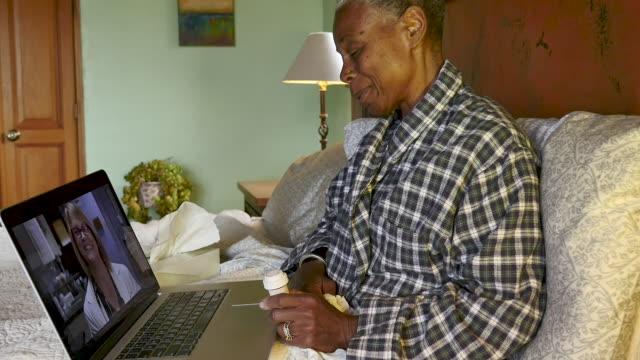 vídeos de stock, filmes e b-roll de mulher negra se despedindo de seu médico durante uma chamada de vídeo de telemedicina - telemedicina