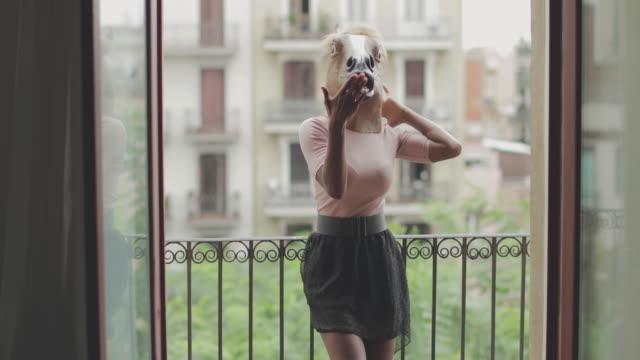 Femme noire avec tête de cheval sur le balcon - Vidéo