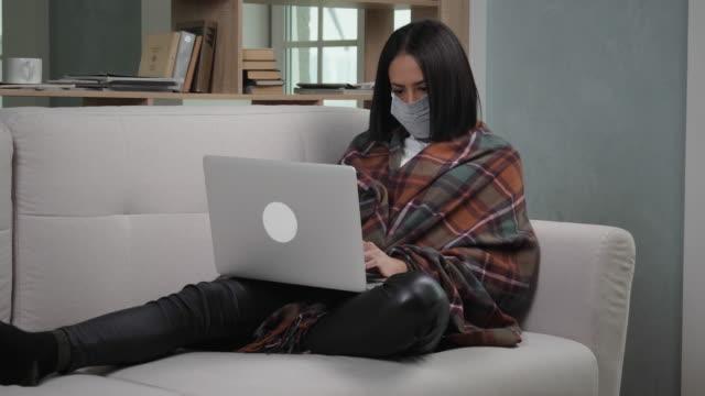 schwarze frau arbeitet von zu hause aus während der quarantäne - krankheitsverhinderung stock-videos und b-roll-filmmaterial