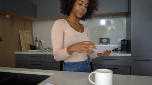 vídeos de stock e filmes b-roll de black young woman going through her mail and opening an envelope - correio