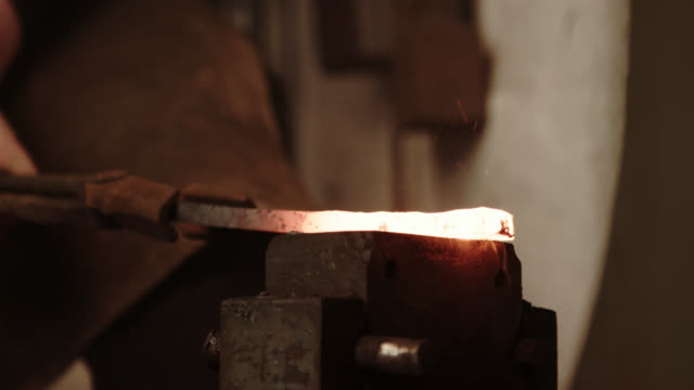 vídeos y material grabado en eventos de stock de automático de herrero martillando el metal fundido - vikingo