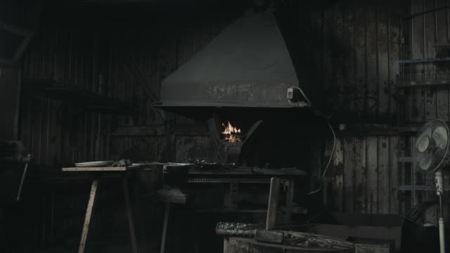 stockvideo's en b-roll-footage met blacksmith forge interieur met oven of een oven - smederij