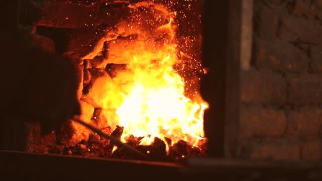 fabbro forgiare ferro in officina - fabbro ferraio video stock e b–roll