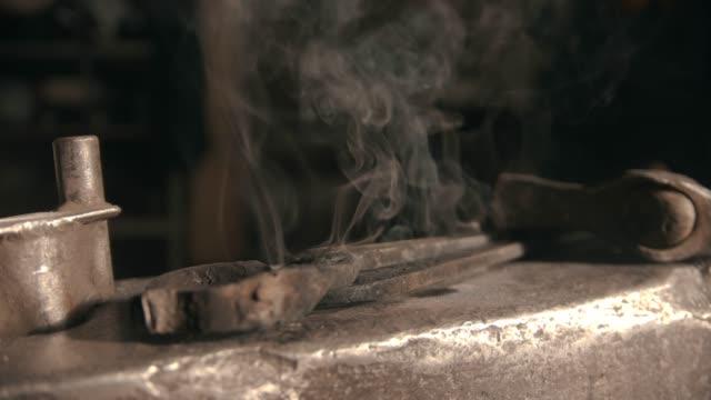 uno strumento fabbro sull'incudine ricoperta di vapore freddo - fabbro ferraio video stock e b–roll