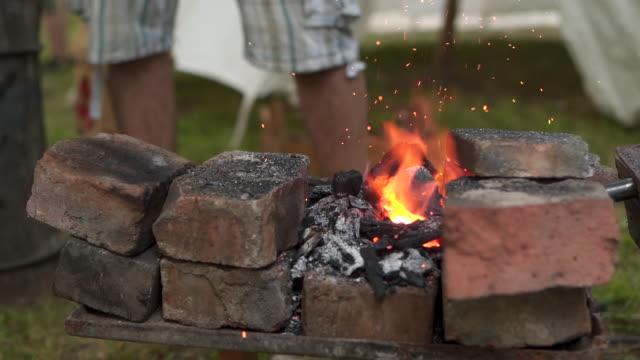 stockvideo's en b-roll-footage met smid bereidt vuur voor zijn werk - ridderlijkheid