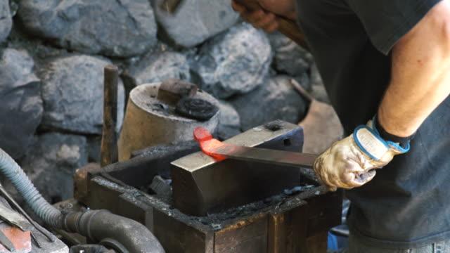 vídeos de stock, filmes e b-roll de ferreiro configuração de uma faca culinária japonesa tradicional - arte e artesanato assunto
