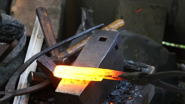 кузнец формировании традиционной японской кухни нож - sword стоковые видео и кадры b-roll