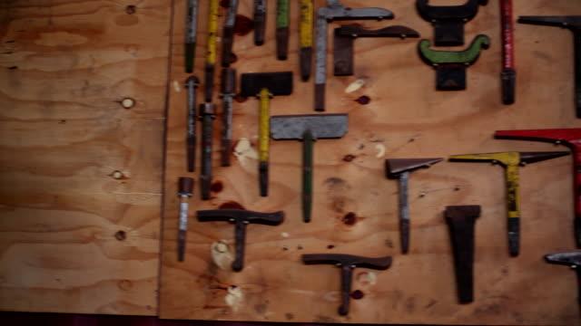 fabbro ferraio strumenti di lavoro - pinze attrezzo manuale video stock e b–roll