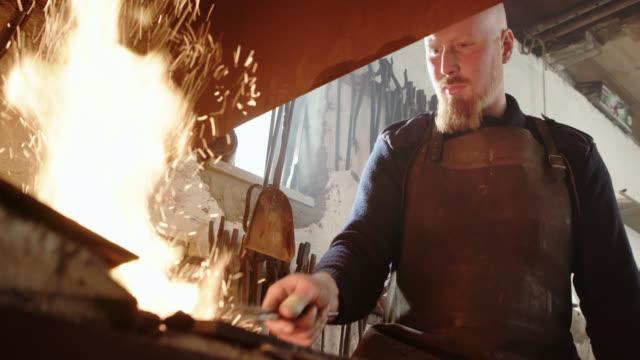 vídeos y material grabado en eventos de stock de forja con fragua - vikingo