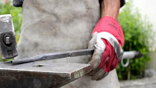 кузнец работы с стали - sword стоковые видео и кадры b-roll