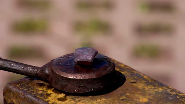 vídeos y material grabado en eventos de stock de herrero trabajo con martillo - pinzas utensilio para servir