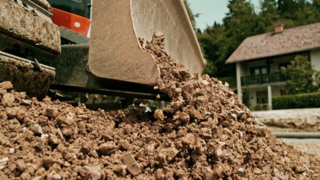 vidéos et rushes de slo mo lame de la pelle avancer les roches broyées - chantier