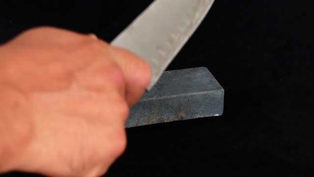 vídeos de stock, filmes e b-roll de close-up afiação da lâmina, um homem está afiando uma faca, - afiado