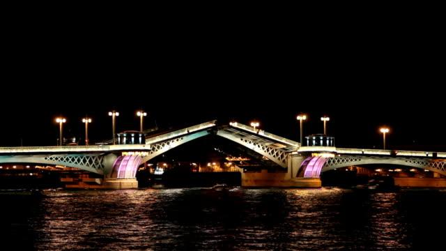 blagoveshensky ponte levatoio sul fiume neva a san pietroburgo time lapse - san pietroburgo russia video stock e b–roll