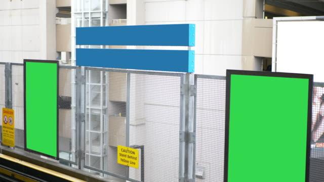 leere anzeige train station billboard unterschreibt leeren bereich poster - poster stock-videos und b-roll-filmmaterial