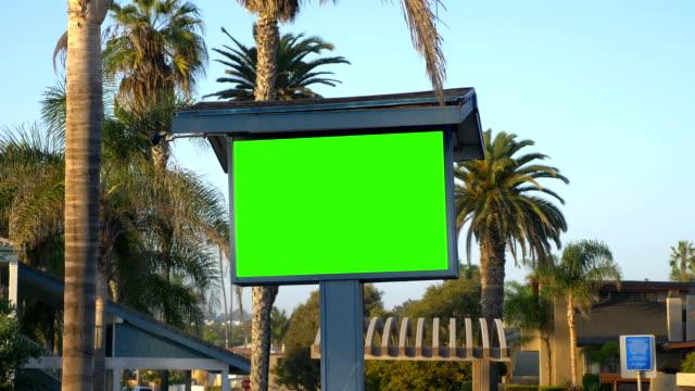 vídeos de stock, filmes e b-roll de outdoor de publicidade em branco para personalização em câmera lenta de 4 k 60fps - poster