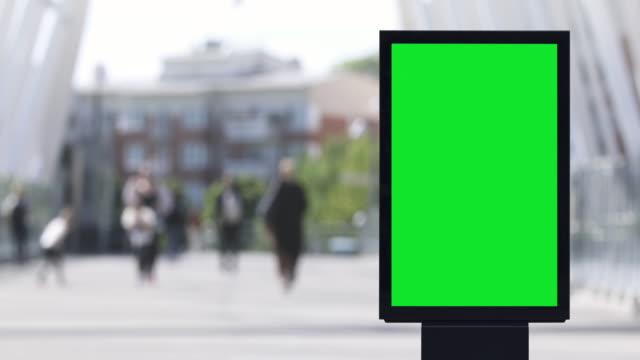 vídeos y material grabado en eventos de stock de cartel de cartel electrónico en blanco en una calle de la ciudad - póster