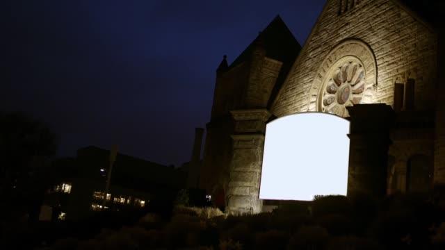 도시 지역 alt에에서 밤에 교회에 대 한 빈 일반 기호 - 성찬 미사 스톡 비디오 및 b-롤 화면