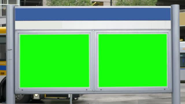 緑色の画面の彩度のビルボードの兆しを空白、空白鉄道駅の広告 - ブランディング点の映像素材/bロール
