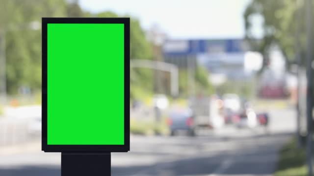 vídeos de stock, filmes e b-roll de pôster em branco em uma rua da cidade durante o dia - poster