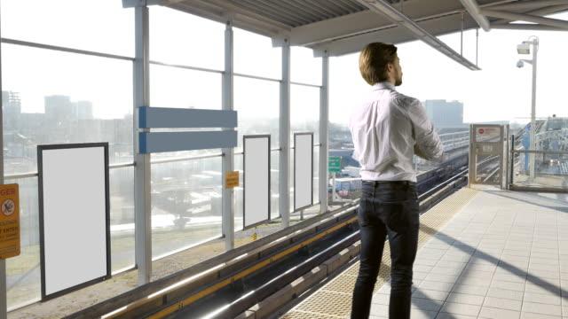 tom affisch skylt reklam paneler, man står på perrongen - billboard train station bildbanksvideor och videomaterial från bakom kulisserna